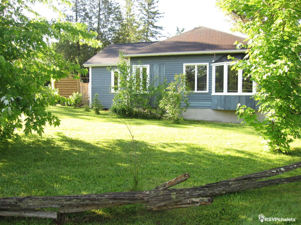chalet louer a la maison bleue du lac spa foyer ayer 39 s cliff estrie cantons de l 39 est. Black Bedroom Furniture Sets. Home Design Ideas