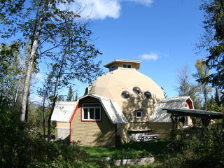 Dome Géodésique Dans un Éco-Village