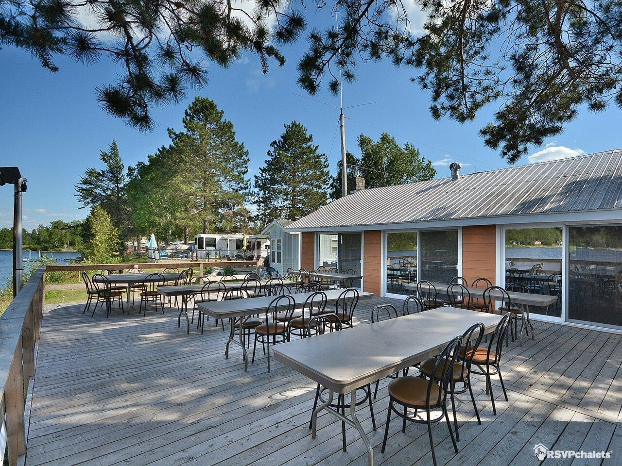 Chalet louer camping pavillon des pins gris montcerf for Louer pavillon