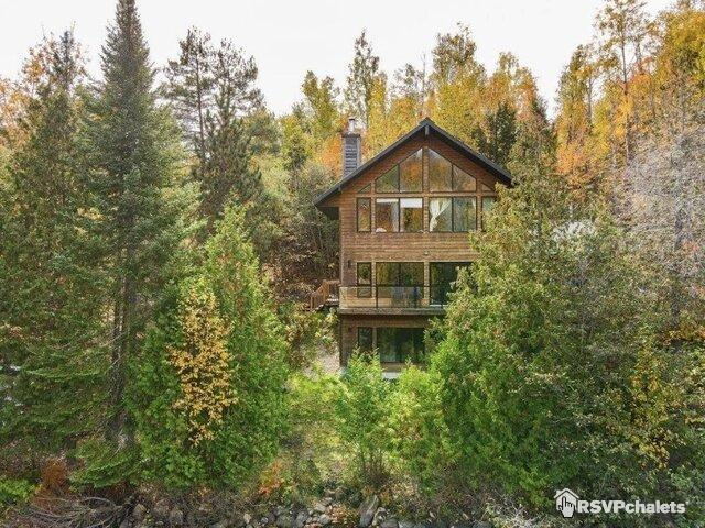 Modern and Cozy Lakeside Getaway